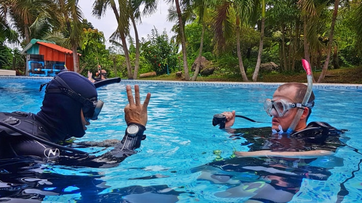 Стоимость: 15 500 Бат Вы решили открыть для себя мир подводных приключений? Хотите исследовать самые красочные подводные уголки Земли? Мир дайвинга становится доступным с момента получения сертификата начального уровня – PADI Open Water Diver (PADI OWD).